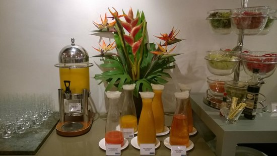 Hotel H10 Universitat: Juices at breakfast