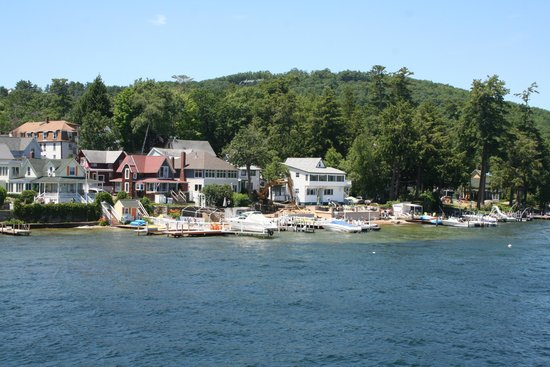 Lake Winnipesaukee: Houses by the lake