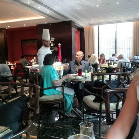 Amaranto Restaurant - Four Seasons Hotel London at Park Lane : One of the chefs talking to a couple at the restaurant