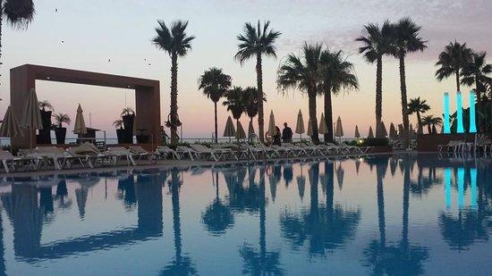 Hotel Riu Nautilus: Coucher de soleil sur la piscine