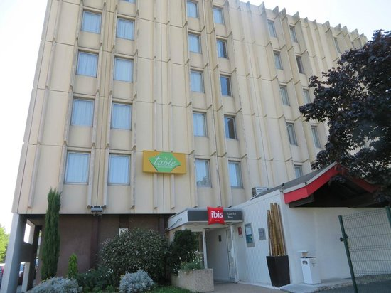 Ibis Lyon Est Bron : Hotel from parking lot