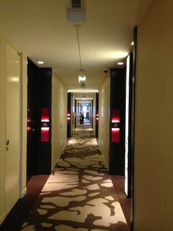 Ramada Singapore At Zhongshan Park: Gang im Hotel