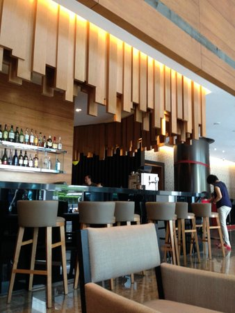 Ramada Singapore At Zhongshan Park: Lobby / Bar
