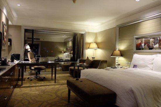 InterContinental Bangkok: นี่คือภาพห้องของผมที่ถ่ายเองนะครับ เราจะเห็นบรรยากาศแบบนี้เอง มันสวยมากๆครับ ผมอยู่ชั้น 28 สวยมา
