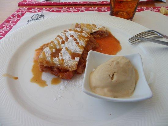 Foyer des Guides : strudel di pesche con gelato all'amaretto