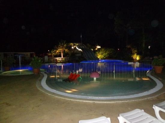 Siblu Villages - Les Pierres Couchées: pool by night