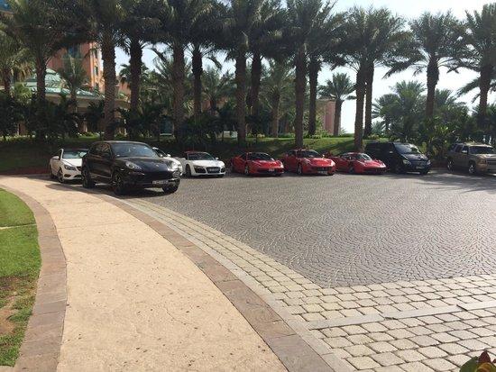 Atlantis, The Palm : Ferrari nel parcheggio