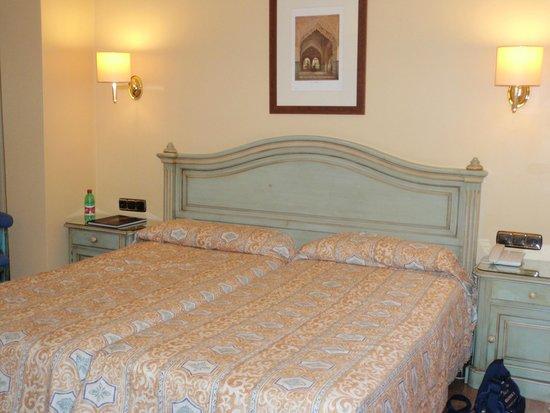 Corona de Granada Hotel: letto