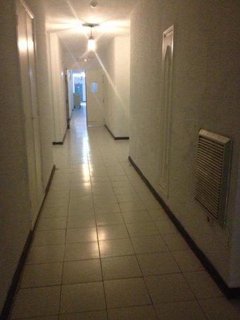 Karawan Beach & Resort : The hallways leading to the bedrooms