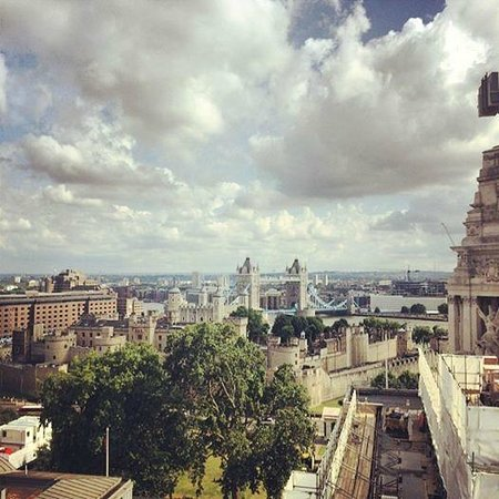 DoubleTree by Hilton Hotel London -Tower of London: View from the Sky Lounge bar