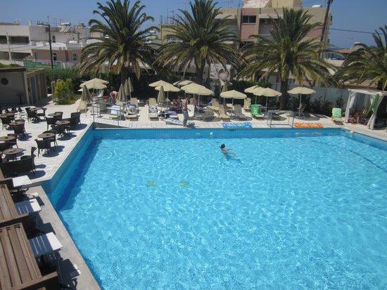 Minos Hotel: una delle due piscine