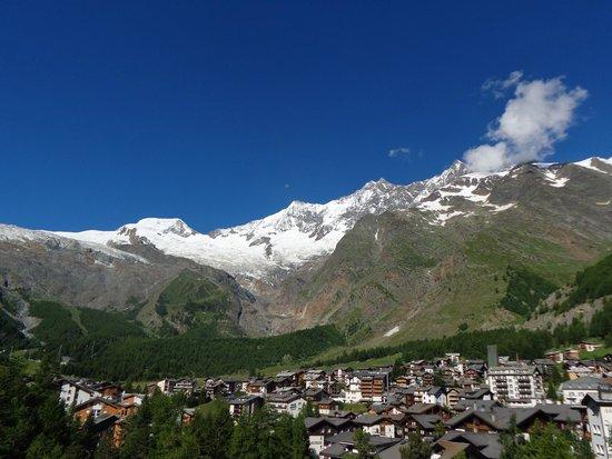 Erlebnishotel Etoile : Dorp Saas-Fee en de omgevende bergen