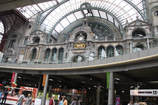 Bahnhof Antwerpen-Centraal: Inside the station coming up from the tracks