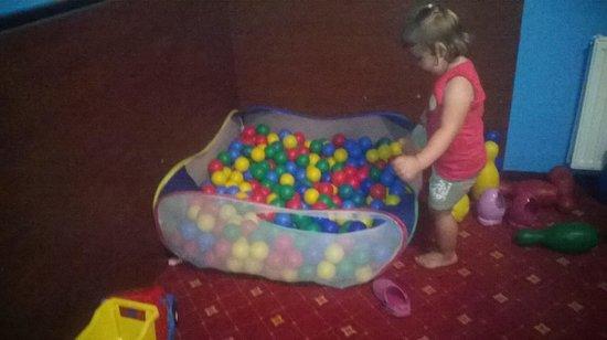 Hotel Skalite Spa & Wellness: basen z kulkami w pokoju zabaw :-)