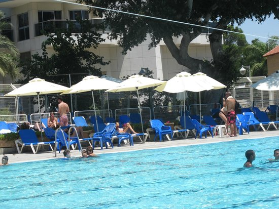Kfar Maccabiah Hotel & Suites : Pool area