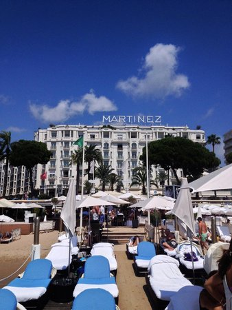 Grand Hyatt Cannes Hotel Martinez: View from the Pier towards the hotel.