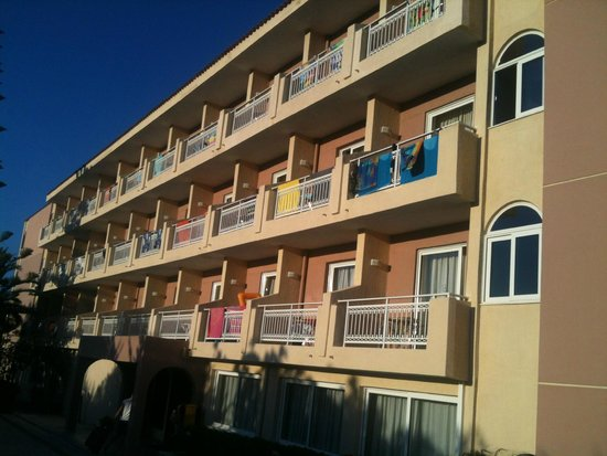 Zakantha Beach Hotel: The front side of the hotel