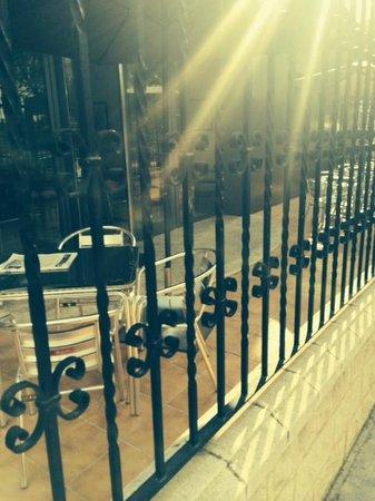 Hotel Sercotel Ciscar: Strada ( si fa' cena dietro la cancellata, ed hanno una piscina....)