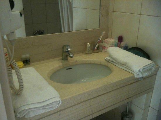 Zakantha Beach Hotel: Clean and tidy bathroom