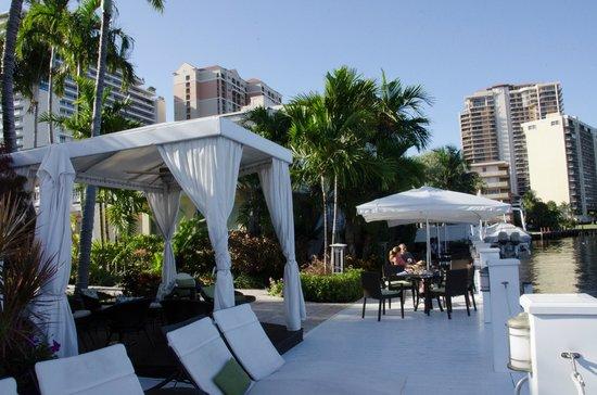 The Pillars Hotel Fort Lauderdale: Local no deck para café-da-manhã