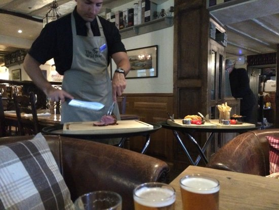 The Grill & Smokehouse Restaurant: Carving the meat at the table for you