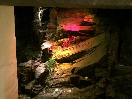 The Grill & Smokehouse Restaurant: The rock face inside the restaurant!