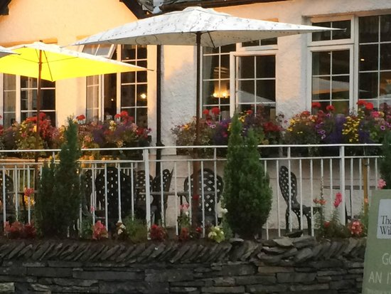 The Grill & Smokehouse Restaurant: Beautiful window boxes in full bloom all around the Inn.