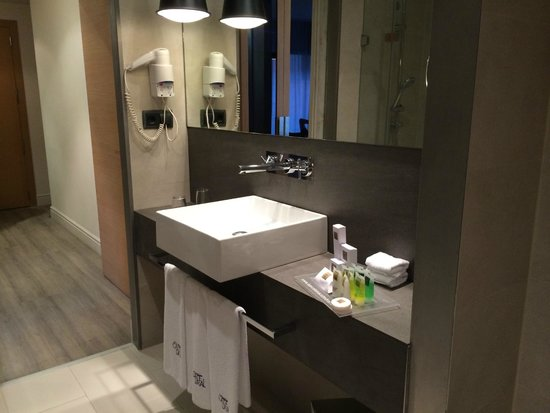 Hotel Barcelona Catedral: Clean bathroom
