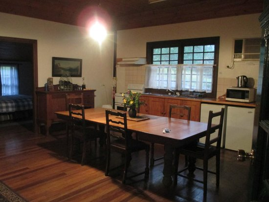 Cedar Creek Cottages & Wine : Dining room/kitchen