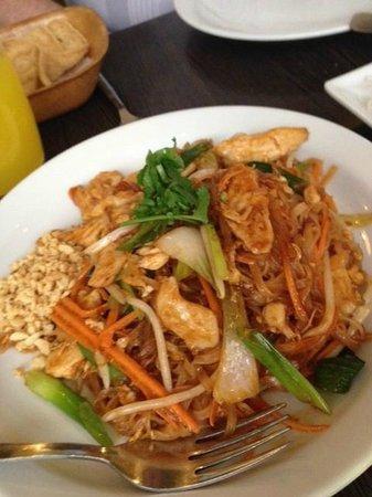 Sukawatee: Chicken Pad Thai (big portion!)