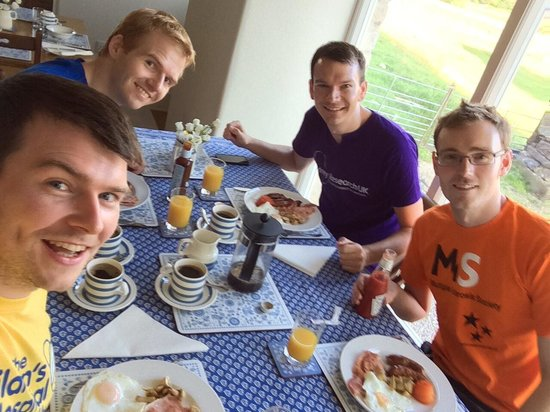 Dale House Farm: Top notch cooked breakfast cooked for us at 7am ready for the 3 peaks challenge.