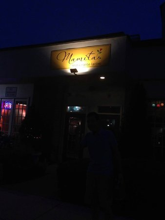Mamitas Restaurante Latino: Mamita's at night