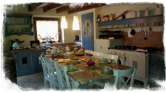 I Fiori di Marianna B&B: La tavola come ci ha fatto trovare Marco al mattino...tutta preparata per noi