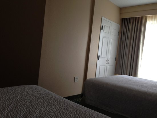 SpringHill Suites Annapolis : bed to window area