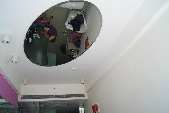 Regal Riverside Hotel : Зеркало над кроватью