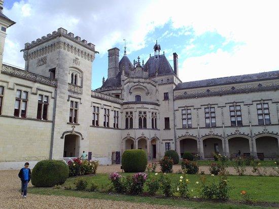 Chateau de Breze: cour intérieur