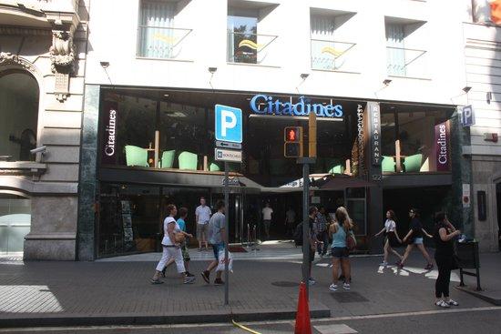 Citadines Ramblas Barcelona : Hotel front on La Rambla
