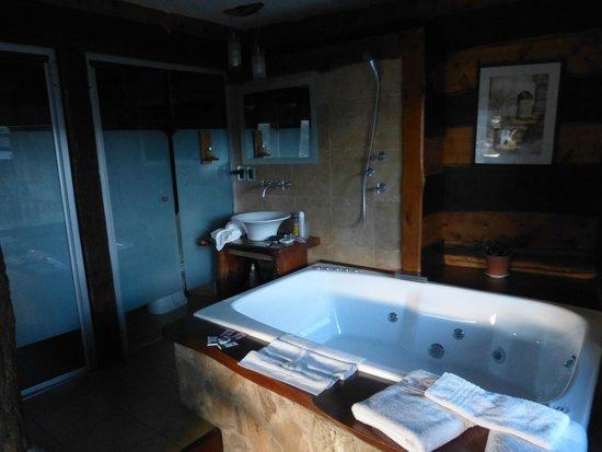 Suites de la Colina : Hidromasaje, baño y antebaño