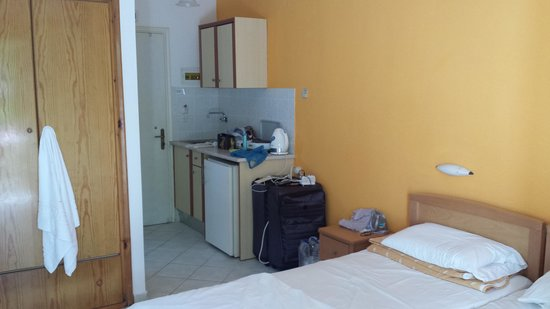 Alamis Apartments: Room 9 bed and kitchen area