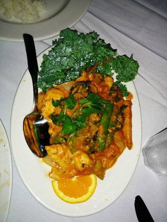 Golden Thai Restaurant: Golden Thai chicken - chilis and curry give it just a hint of heat
