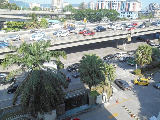 Flamingo Hotel by the Lake: Traffic 24/7 next to hotel