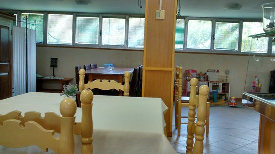 Hotel Sereno: Sala colazione con pareti rivestite di simil legno e giochi per bambini in un angolo