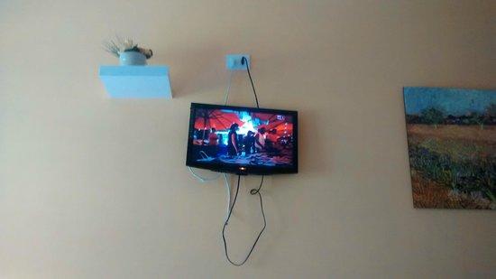 Hotel Sereno: Tele penzolante dalla parete