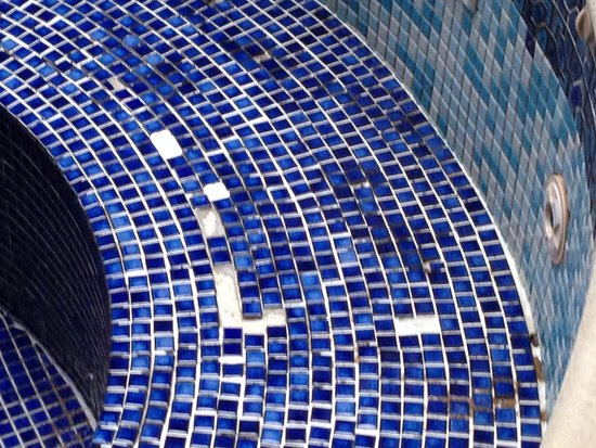 Macdonald Spey Valley Golf & Country Club: Even more missing tiles in Jacuzzi
