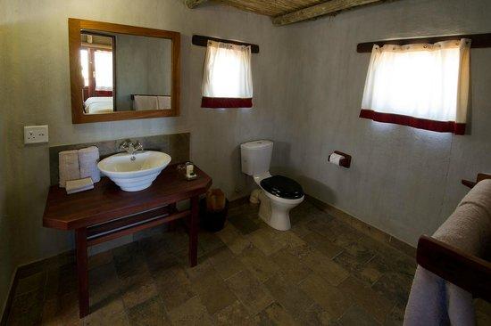 Wilderness Safaris Kulala Desert Lodge: Bathroom in Standard Kulala