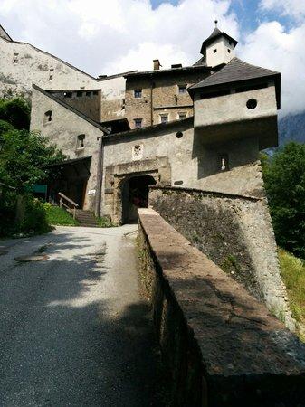 Erlebnisburg Hohenwerfen: Entrée du château à partir du sentier pédestre
