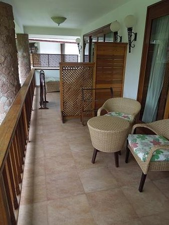 Le Duc de Praslin: Only semi-private balcony