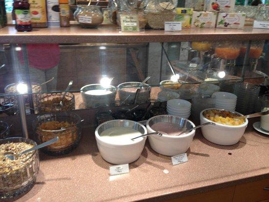 Hotel Uhland: Yogurt and toppings @ breakfast
