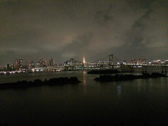 Hilton Tokyo Odaiba: 曇っていますが、お部屋からのレインボーブリッジ