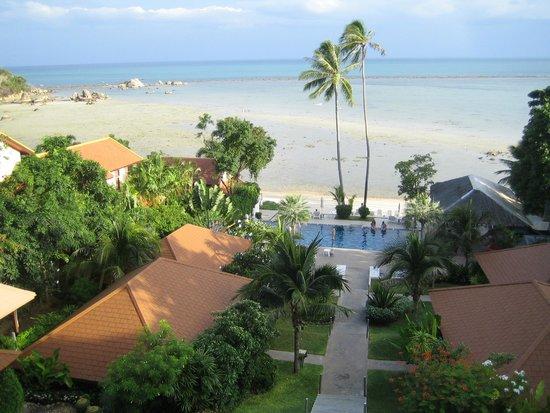 Palm Coco Mantra: Blick vom Zimmer auf Hotelanlage und Meer